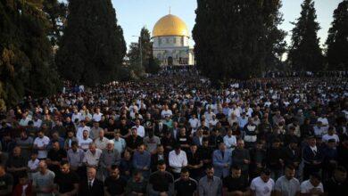 """صورة 100 ألف شخص يؤدون صلاتي العيد والغائب في """"الأقصى"""" على أرواح ضحايا العدوان الإسرائيلي """