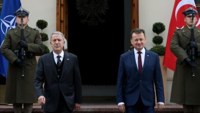 صورة وزير الدفاع البولندي يلتقي نظيره التركي في وارسو